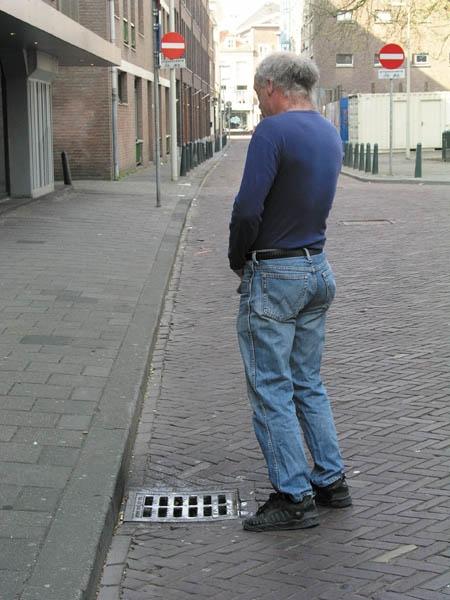 056-pissing-2-den-haag-2003
