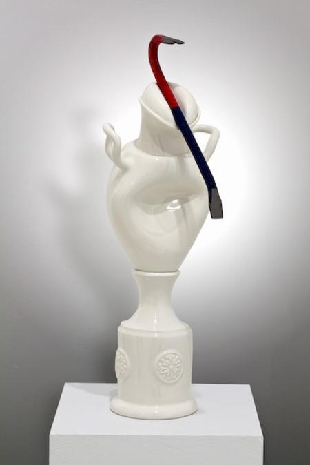 Iconocraste a la barre a clou -  2009 Porcelaine, glacure, barre a clou (metal, peinture). 56.8 x 20.2 x 25 cm